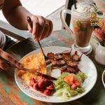Mencicipi Lezatnya Sausage Platter, Kudapan Favorit di Coffee Toffee